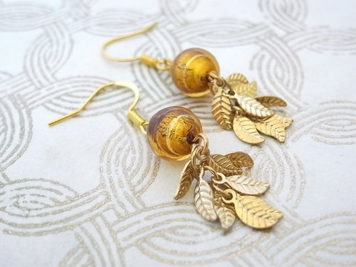 Jingling earrings small leaf and glass beads, such as confined gold leaf