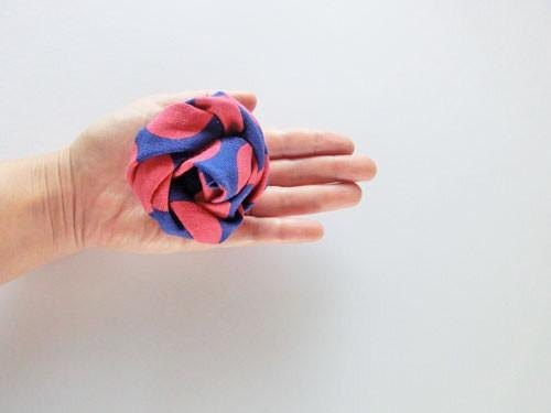 """Hajikko project"" round and round corsage of linen"