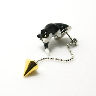Play of cat earrings Black and white