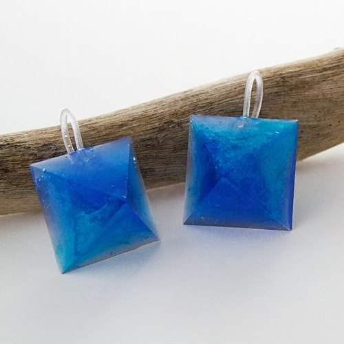 Pyramid hook earrings (Ruri damselfish)