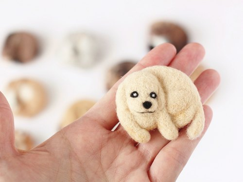 Wool felt brooch Golden retriever