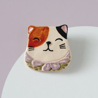 Purr- Cat with Pea flowers  - Brooch of porcelain