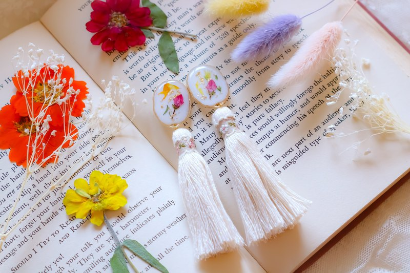 Flower resin tassel / white