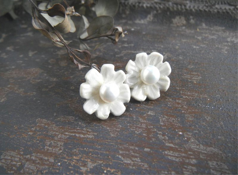 jewel pottery pierce white flowers