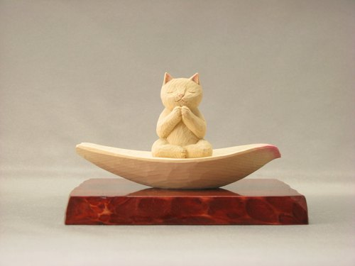 Cat carpeted in a lotus wood carving cat color pale cat Buddha statue Buddha statue cat