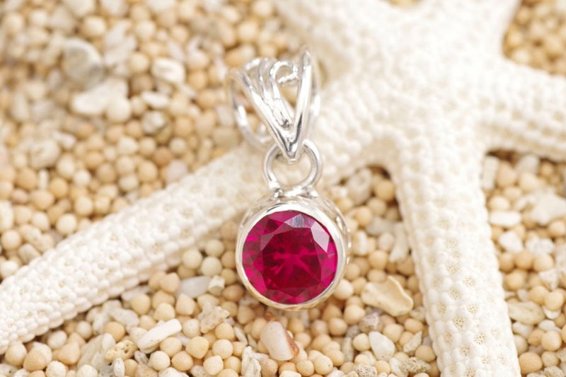Beautiful ruby ​​pendant of sparkling cut