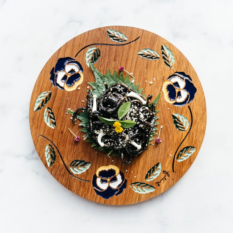 Pansy Crown Teak Plate (Dark Blue)